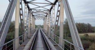 Luchtmening over spoorwegbruggen over de rivier Spoorweg Zware industrie Industriële conceptuele scène De bouw van het metaal stock footage