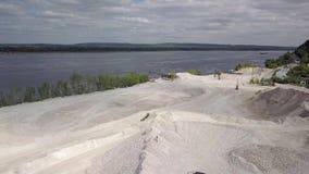 Luchtmening over steengroeve van mijnbouw van kalksteen in zonnige dag stock video