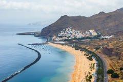 Luchtmening over Teresitas-strand dichtbij Santa Cruz, Tenerife stock foto's