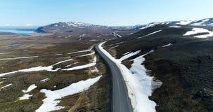 Luchtmening over troosteloos landschap dichtbij weg in Noordoostelijk IJsland stock videobeelden