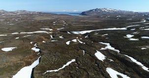 Luchtmening over troosteloos landschap in Noordoostelijk IJsland stock footage