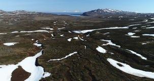 Luchtmening over troosteloos landschap in Noordoostelijk IJsland stock videobeelden