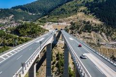 Luchtmening over weg in Metsovo Metsovitikosbrug Epirus, bergen van Pindus in noordelijk Griekenland stock foto