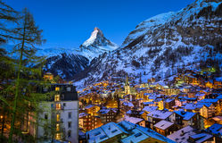 Luchtmening over Zermatt-Vallei en Matterhorn-Piek in Dawn Stock Foto