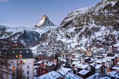Luchtmening over Zermatt-Vallei en Matterhorn-Piek in Dawn Stock Afbeeldingen