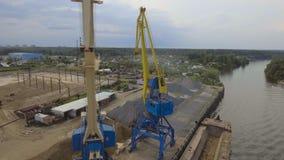Luchtmening: Rivierhaven met kranen en schepen stock videobeelden