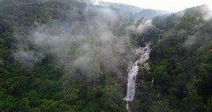 Luchtmening, Vachiratharn-waterval in tropisch regenwoud bij Chiang-MAI, Thailand stock video