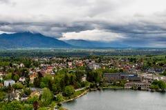Luchtmening van Afgetapte stad met de bergen van Alpen op de achtergrond, Royalty-vrije Stock Afbeeldingen