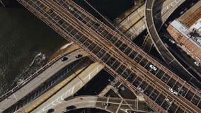 Luchtmening van Amerika, New York Hommel die omhoog over de verkeersweg vliegen, verkeerskruising op kust van de rivier van het O stock videobeelden