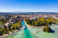 Luchtmening van Annecy de ebniveau van de meerwaterkant toe te schrijven aan stock afbeelding