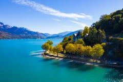 Luchtmening van Annecy meerwaterkant - Frankrijk stock fotografie