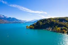 Luchtmening van Annecy meerwaterkant - Frankrijk royalty-vrije stock fotografie
