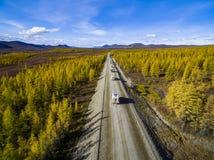 Luchtmening van auto het drijven door het bos bij de landweg Rusland stock afbeeldingen