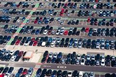 Luchtmening van auto overvol parkeerterrein stock afbeeldingen