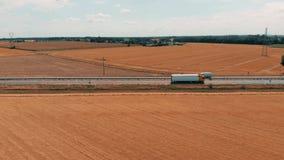 Luchtmening van auto's en vrachtwagen die naar de industriële landbouw productieinstallatie en het pakhuis in het platteland gaan stock video