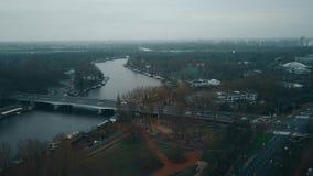 Luchtmening van autobrug over de Amstel-rivier en de belangrijkste wegkruising Amsterdam, Nederland stock footage