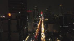 Luchtmening van Bangkok bij schemeringnacht Wegverkeer, stads scape achtergrond De luchtrotonde van de meningsstraat met auto stock footage