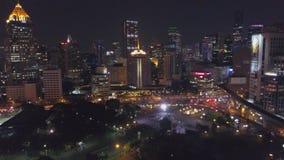 Luchtmening van Bangkok bij schemeringnacht Wegverkeer, stads scape achtergrond De luchtrotonde van de meningsstraat met auto stock video