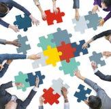 Luchtmening van Bedrijfsmensen die Raadselstukken samenvoegen Stock Afbeeldingen