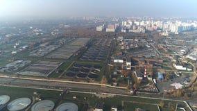Luchtmening van behandelings van afvalwaterinstallatie Industriële waterbehandeling voor grote stad van hommelmening stock videobeelden
