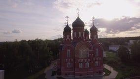 Luchtmening van Beklimmingskathedraal in Lukino-Dorp, Rusland stock footage