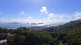 Luchtmening van bergen en oceaan van zonder Souci-Gezichtspunt, Seychellen 3 stock video