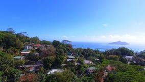 Luchtmening van bergen en oceaan van zonder Souci-Gezichtspunt, Seychellen 5 stock video