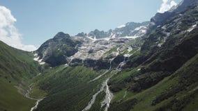 Luchtmening van berglandschap Het satellietbeeld van bergen behandelde bos, bomen met stromende rivier, tegen de hemel stock video