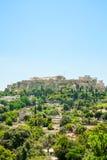 Luchtmening van beroemde Griekse tempel tegen duidelijke blauwe hemel, Akropolis van Athene Stock Foto's