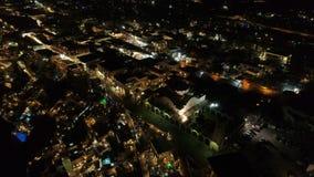 Luchtmening van beroemde Griekse toevlucht Thira bij nacht stock videobeelden