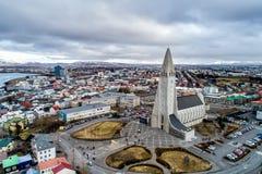 Luchtmening van beroemde Hallgrimskirkja-Kathedraal en de stad van Royalty-vrije Stock Afbeelding