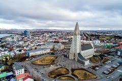 Luchtmening van beroemde Hallgrimskirkja-Kathedraal en de stad van Royalty-vrije Stock Fotografie