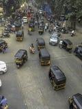 Luchtmening van bezige die weg met auto-riksja's wordt gevoerd stock foto