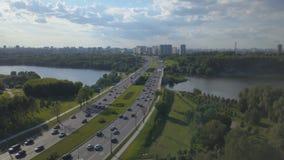Luchtmening van bezige weg en rivier Cityscape stock footage