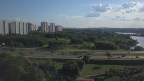 Luchtmening van bezige weg en rivier en flatgebouwen stock video