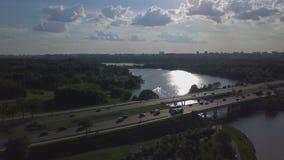 Luchtmening van bezige weg, rivier en stad op horizon stock video