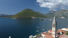 Luchtmening van Boka-Baai boven oude Perast in Montenegro stock video
