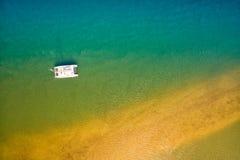 Luchtmening van boot in oceaan Stock Afbeeldingen