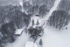 Luchtmening van bos in de winter tijdens de sneeuwval Royalty-vrije Stock Foto