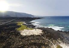 Luchtmening van Caleta del Mojà ³ n Blanco, zandig woestijnstrand en ruwe kustlijn Lanzarote, Spanje afrika stock foto's