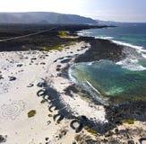 Luchtmening van Caleta del Mojà ³ n Blanco, zandig woestijnstrand en ruwe kustlijn Lanzarote, Spanje afrika royalty-vrije stock afbeeldingen