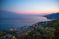 Luchtmening van Camogli, de provincie van Genua bij schemer, Italië royalty-vrije stock foto