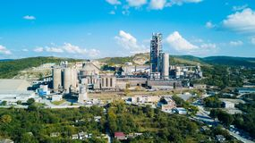 Luchtmening van cement productieinstallatie Concept gebouwen bij de fabriek, staalpijpen, reuzen stock fotografie