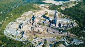 Luchtmening van cement productieinstallatie Concept gebouwen bij de fabriek, staalpijpen, reuzen stock afbeeldingen