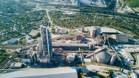 Luchtmening van cement productieinstallatie Concept gebouwen bij de fabriek, staalpijpen, reuzen royalty-vrije stock foto's