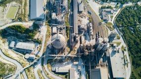 Luchtmening van cement productieinstallatie Concept gebouwen bij de fabriek, staalpijpen, reuzen stock foto's