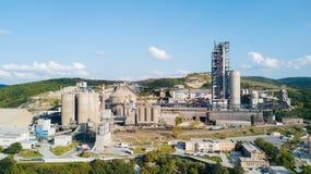 Luchtmening van cement productieinstallatie Concept gebouwen bij de fabriek, staalpijpen, reuzen stock foto