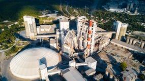 Luchtmening van cement productieinstallatie Concept gebouwen bij de fabriek, staalpijpen, reuzen stock afbeelding