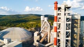 Luchtmening van cement productieinstallatie Concept gebouwen bij de fabriek, staalpijpen, reuzen royalty-vrije stock afbeeldingen