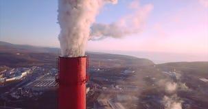 Luchtmening van Centrale verwarming en Elektrische centraleschoorstenen met stoom Zonsopgang stock video